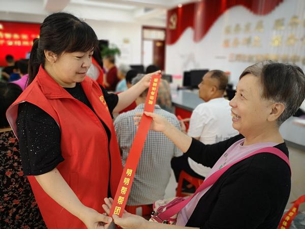 """郑州上街区:""""明明帮帮团""""的一条红丝带串起邻里""""守望情"""""""