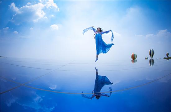 """河南伏羲山建""""天空之镜"""" 女游客穿汉服拍美照"""
