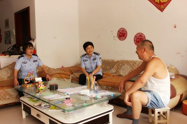 内乡县政府党组成员、公安局长崔宏伟深入内乡实验小区开展入户走访活动