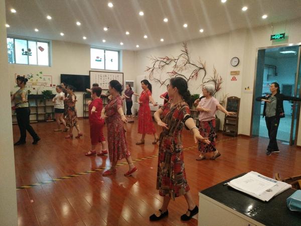 长城社区开展舞蹈培训丰富中老年文化生活