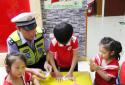 做月饼 讲交通规——郑州交警九大队送安全进校园