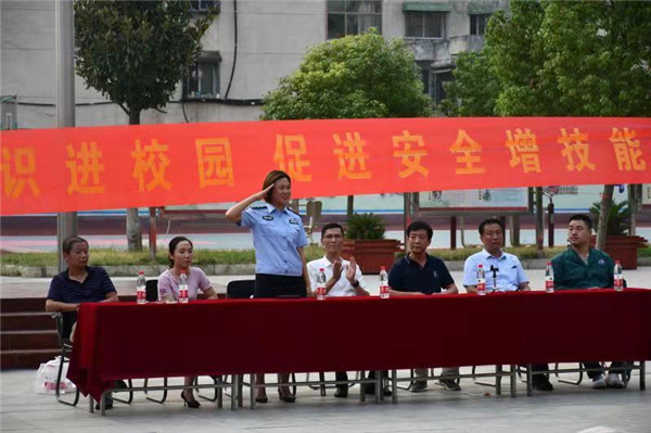 邓州民警、医生联合打造学校平安活动