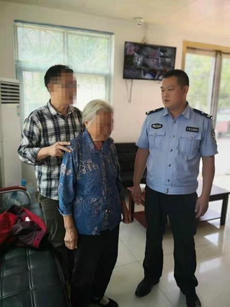 邓州:胜利派出所民警巡逻时救助一名八旬迷路老人