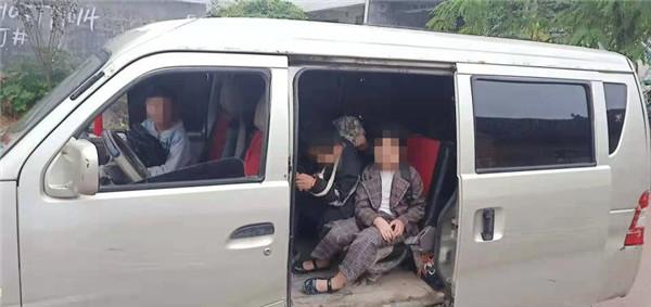 """邓州:面包车变身""""黑校车"""" 民警查获发现13名幼儿"""