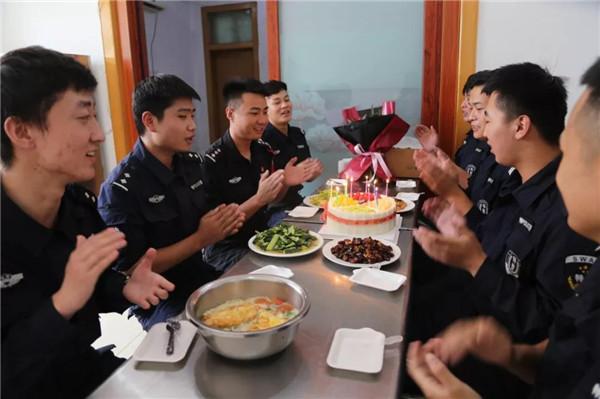 社旗县公安局巡特警大队举办集体生日会:民警生日关爱浓 笑声祝福溢警营