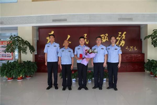 河南省公安厅战时送奖到基层
