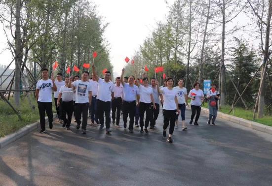郑州市兴达路街道:快乐健步走点燃爱国情