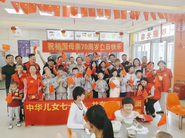 """公益组织国庆节为郑州儿童福利院孩子送""""幸福面"""""""