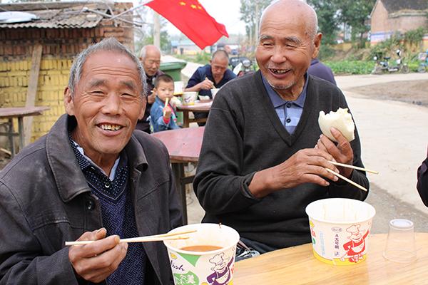 """太康俩小伙重阳节请一百多位老人吃""""家宴"""""""