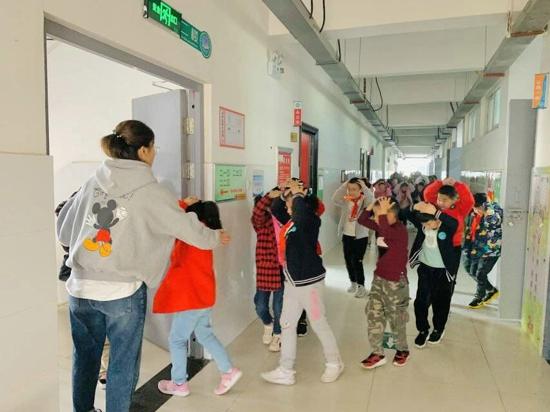 演练,只为更加热爱 ——郑州高新区五龙口小学举行地震应急疏散演练