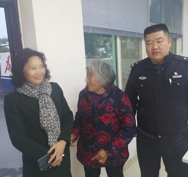 邓州:胜利派出所民警及时救助迷失老人