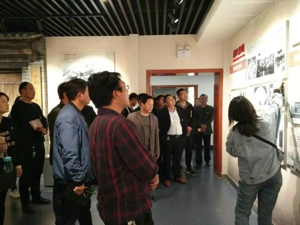 新野县五星镇教育系统组织党员到县党建展览馆集体学习