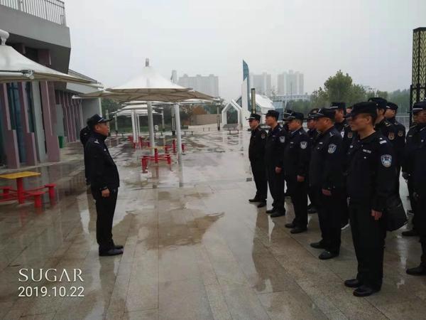 """邓州市城市管理警察大队民警冒雨清理城区""""僵尸车""""还道于民"""