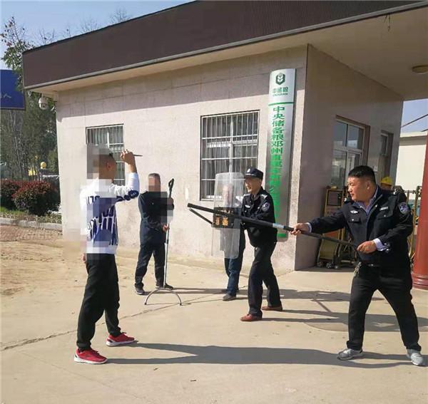 邓州市公安局穰东派出所深入辖区粮食储备库开展反恐演练