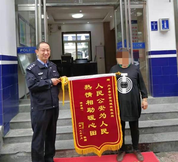 内乡公安:聋哑老太遛弯迷路 警民接力助其回家