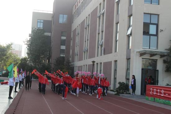 五龙萌娃运动忙,赛场争先五斗志扬——郑州高新区五龙口小学举行秋季运动会开幕式