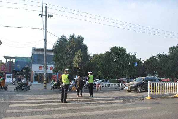 邓州交警搀扶老人过马路 背影定格暖人心