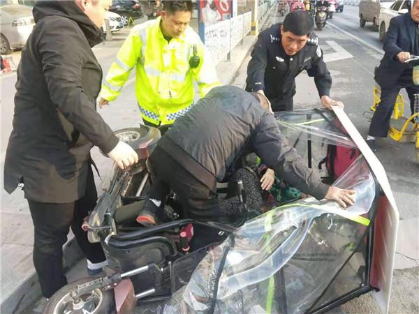 新野:老人骑车侧翻 交警救助获赞
