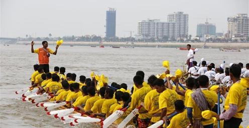 柬埔寨欢度送水节