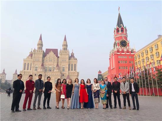 当颜值与高贵相碰撞——郑州西亚斯学院举行第八届高桌晚宴