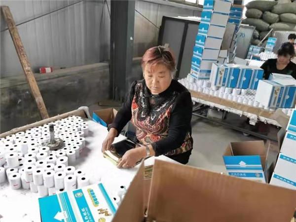 """南召县:就业扶贫让贫困群众成为""""上班族"""""""