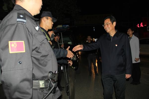 新野县委政法委书记郭恩建调研指导冬季治安防范夜间巡逻值班情况