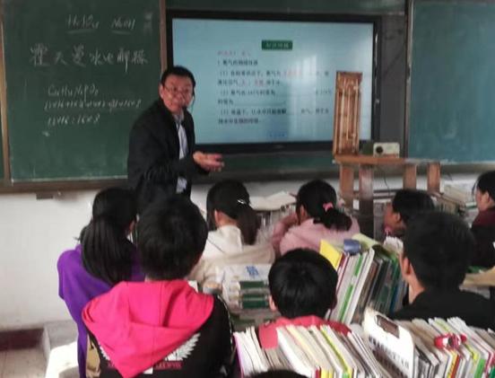 【网聚正能量 追梦太康人】太康张然功:放不下学生学习,他拄拐给学生上课
