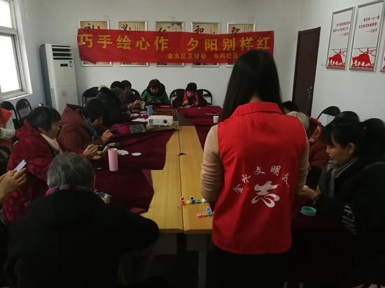 郑州市金水区卫健委联合比邻社工开展老年人手工小组活动
