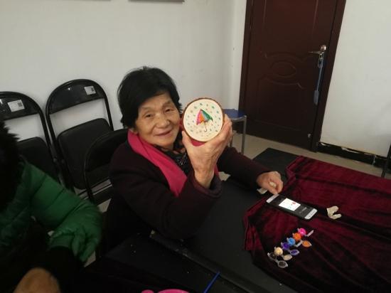 郑州市金水区卫健委联合比邻社工开展老年人手工小组