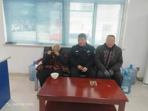 邓州:张楼胜利两所联动共同救助一位百岁迷路老人