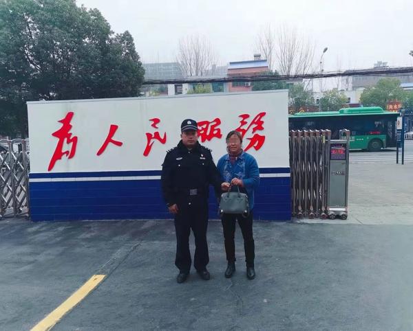 邓州:好心人捡到包交给民警 民警积极联系送还失主