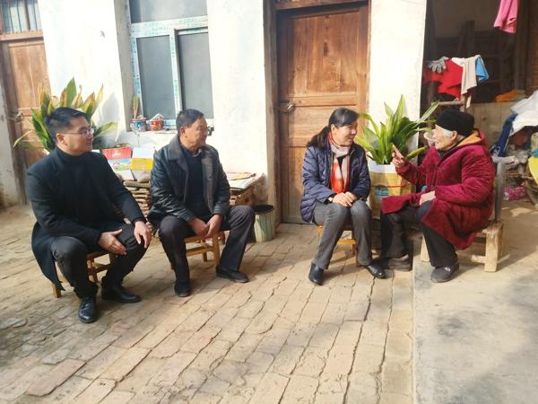 宛城区委常委、宣传部长李淑林赴瓦店走访慰问贫困群众