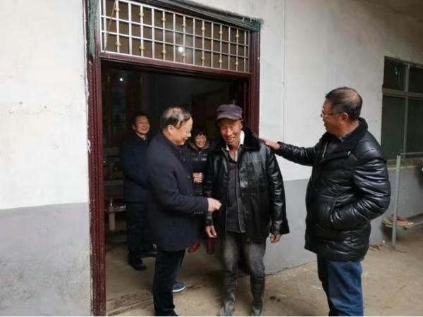 宛城区政协主席陈助民走访慰问贫困户
