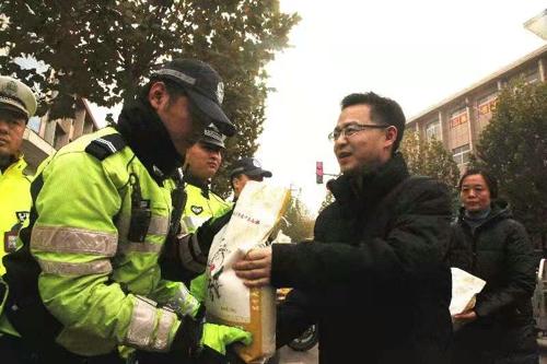 武陟县委副书记、县长申琳亲切看望慰问一线交警