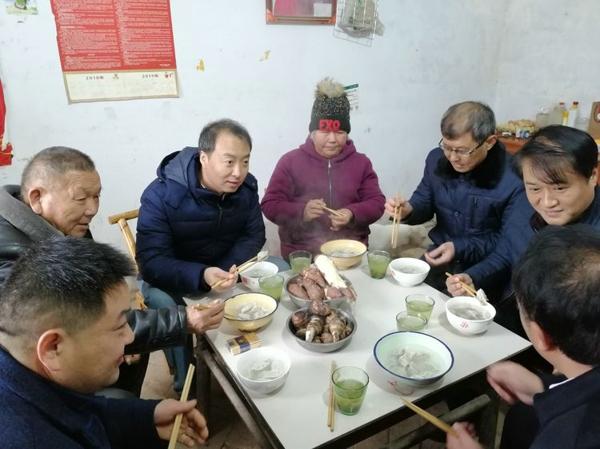 南阳市宛城区副区长陈明远与贫困户欢度冬至