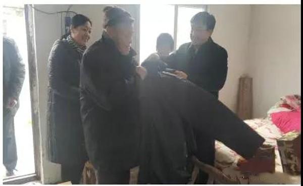 社旗县委常委、县委办主任包海竣到苗店镇夏庄村督导脱贫攻坚工作