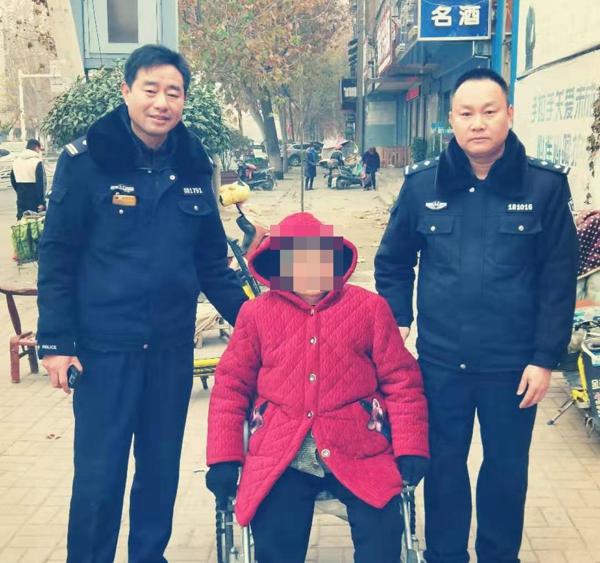 邓州:前进派出所民警热心救助迷路老人