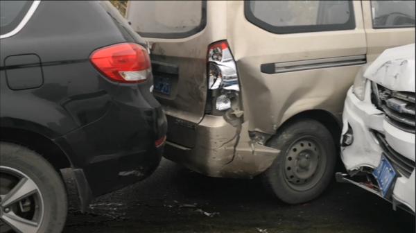 突发!郑州金水立交桥因油污污染路面引发多车相撞事故