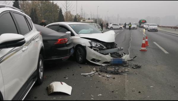疑因油污污染路面 郑州中州大道数十辆车追尾相撞