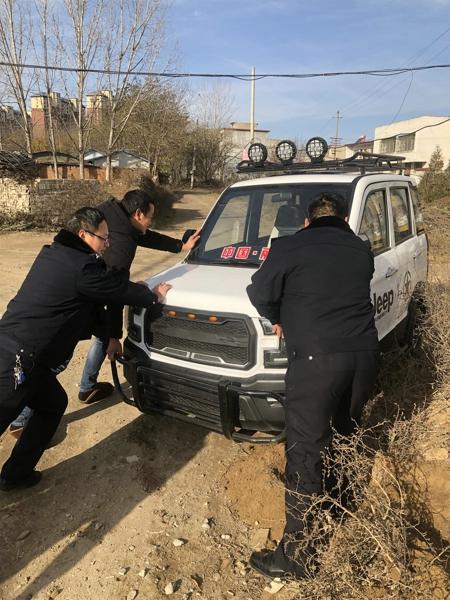 邓州:新华派出所民警巡逻途中帮老人推车获点赞