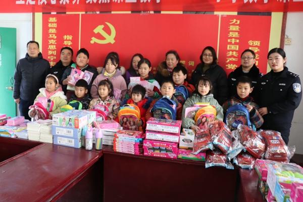 邓州:新华派出所开展向留守儿童献爱心活动