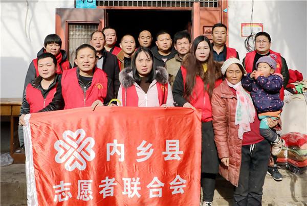 河南内乡:爱心志愿者救助失火贫困家庭
