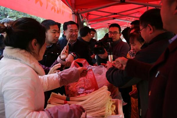 河南新县第一书记卖年货