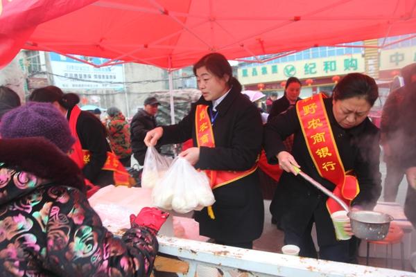 新野农商银行:志愿者免费为群众提供早餐