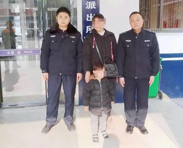 邓州:前进派出所民警热心救助走失幼童
