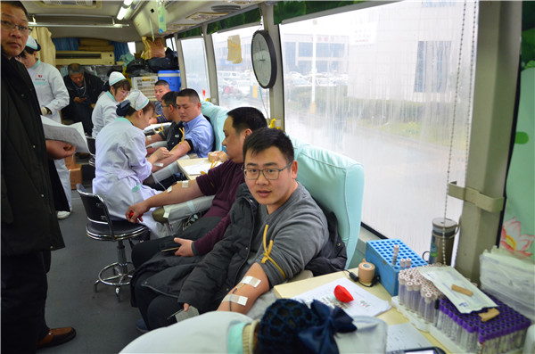 新野法院组织干警开展无偿献血活动