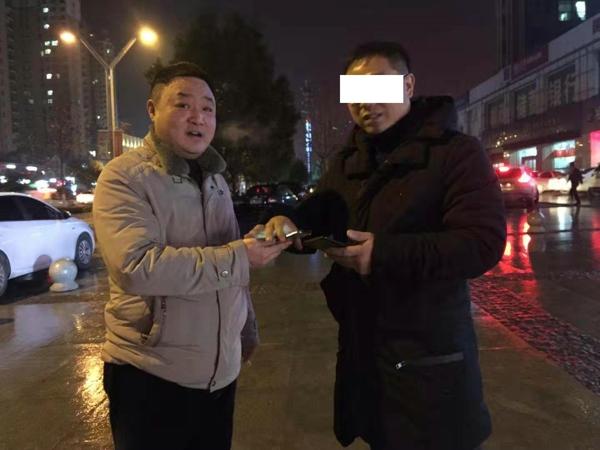 邓州:市民丢失手机浑然不知  民警雨中苦等3小时