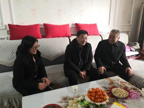 身虽不至 心向往之 ——新春佳节来临之际,郑州高新区五龙口小学领导慰问退休老教师