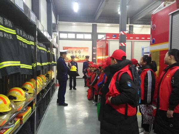 """中华校园小记者走进消防救援站  零距离感受""""逆行者""""的魅力"""