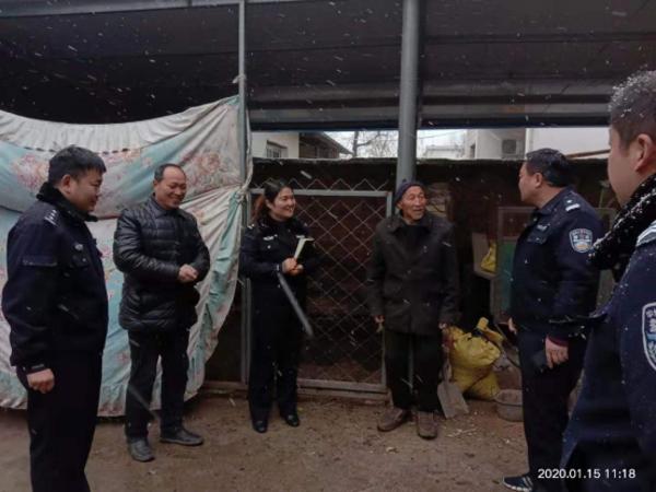 邓州:龙堰派出所走访辖区空巢老人